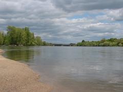 IMG_9510 (NICOB-) Tags: soleil eau sable arbres cher pont nuages bourgogne loire plage reflets printemps fleuve le nivre cosnesurloire pontdupo