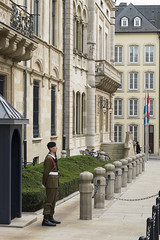 La sentinelle du Palais Grand Ducal (Djof) Tags: guard luxembourg garde sentry luxembourgcity sentinelle grandduchyofluxembourg grandduchdeluxembourg palaisgrandducal grandducalpalace