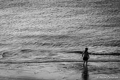 Juegos de invierno (AvideCai) Tags: blancoynegro mar agua gente playa paisaje bn 7d cádiz avidecai