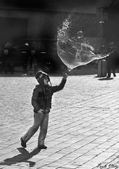La bolla di sapone - The soap bubble (Pablos55) Tags: child pavement burst soapbubble bambino selciato bolladisapone scoppiata