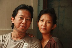 husband and wife (the foreign photographer - ) Tags: man portraits canon thailand kiss bangkok wife tattooed khlong bangkhen thanon 400d