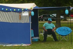 Tranquille, peinard ! (mistigree) Tags: austin voiture bleu angleterre woodstock lampion tente blenheimpalace austinmetropolitan rallyofthegiants