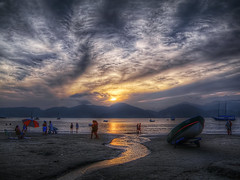 Praia do Lzaro - Ubatuba (rvcroffi) Tags: sunset pordosol sea people sun seascape praia beach clouds landscape boat mar ubatuba paisagem lazaro seashore litoral hdr entardecer