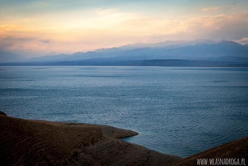 Zachód słońca nad jeziorem Toktogul