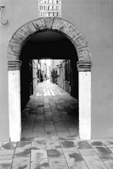 Calle delle Botte (  ) Tags: venice blackandwhite bw italy film analog 35mm f14 voigtlander trix hc110 selfprocessed venezia nokton trix400 developement hc110b dilb bessar4m nokton3514 nokton35mmf14 trix400320 rolleifilmscan