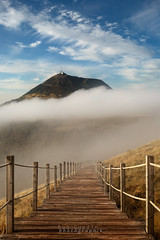 Le Puy de Dome depuis le Puy du Pariou (Bob Guedin) Tags: de des dome nuage escalier puy auvergne chaine
