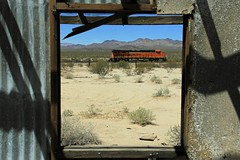 WINDOW WITH A VIEW (fenaybridge) Tags: santefe ge bnsf danby 7098 transcon es44