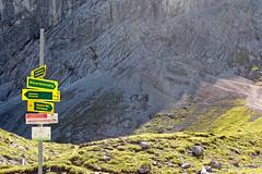 Garmisch - Unterwegs von der Alpspitze zum Kreuzeck durchs Wettersteingebirge (29) (Pixelteufel) Tags: bayern bavaria urlaub alpen ferien freizeit tourismus garmischpartenkirchen felsen gebirge wegweiser erholung ruhe bergwelt felsbrocken hinweisschild felswand felsblock felsgestein