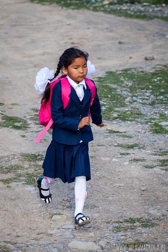 Granatowy mundurek i charakterystyczne białe kokardy na włosach - atrybuty ucznia