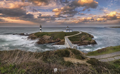 Isla Pancha (Chencho Mendoza) Tags: españa faro atardecer mar galicia lugo ribadeo islapancha