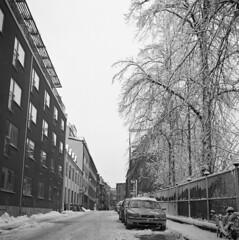 Cars (rotabaga) Tags: blackandwhite bw göteborg diy lomo sweden gothenburg sverige tmax400 lubitel166 svartvitt r09 bwfp