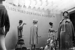 Leipziger Frhjahrsmesse 1961 - Friede wird den Krieg besiegen (Corno3) Tags: de deutschland propaganda leipzig sachsen ddr mode messe 1961 frhjahr ringmessehaus