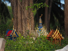 Southern Thailand, Nakhon Si Thammarat Province, Provinz (c) (hn.) Tags: old tree thailand shrine alt south faith religion buddhism discarded baum spirithouse ghosthouse nakhonsithammarat schrein buddhismus sden provinz southernthailand geisterhaus souththailand sdthailand ausgedient nakhonsithammaratprovince chanwatnakhonsithammarat thakheun thakhuen chanwatnakhonsrithammarat sdregion nakhonsrithammaratprovince provinznakhonsithammarat provinznakhonsrithammarat chanwat