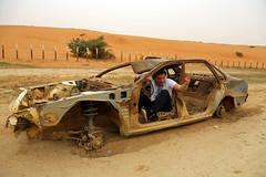 Francis joue les Kaikos (Dlirante bestiole [la posie des goupils]) Tags: old car sand driving middleeast saudiarabia dsert francophonie pave arabie enmarge