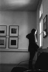 Der Fluß (Christian Güttner) Tags: portrait blackandwhite bw reflection film window monochrome analog 35mm licht fenster porträt sw analogue portret spiegelung ricoh kamera okno porträtt svartvitt odbicie ricohkr10 schwarzweis czarnobiale schwarzweisfotografie moerschecodeveloper ecodeveloper macoeagleaqs