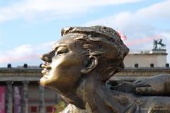 Worshipping the Sun - Sonnenanbeterin (Sockenhummel) Tags: sculpture berlin art bronze fuji kunst skulptur frisur finepix fujifilm frau x30 kopf lustgarten fatladies xuhongfei fujix30