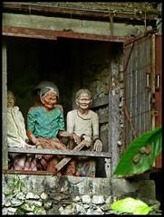 Sulawesi - Londa (abudulla.saheem) Tags: friedhof cemetery indonesia lumix panasonic sulawesi indonesien londa tanatoraja tautau felsengrab rantepao rockgrave hangingcoffins hhlengrber tanahtoraja torajaland abudullasaheem hngendesrge cavetombs dmctz31 ahnenfigur