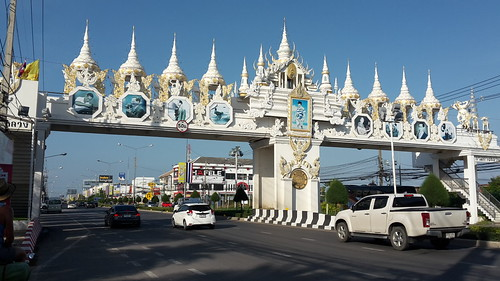 Monumental gate to the glory of teh King at the exit of Hua Hin (liek in every city)