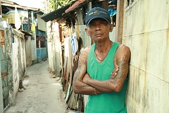 tattooed man on the defensive (the foreign photographer - ฝรั่งถ่) Tags: man portraits canon thailand kiss arms bangkok posture defensive tattooed khlong bangkhen thanon 400d