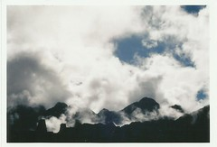 entre nubes. (_tortuga_) Tags: peru inca clouds canon ae1 cusco nubes andes analoga machupicchu montaa