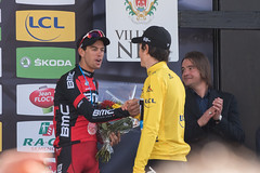 Poignée de mains chaleureuse entre Porte et Thomas (vivienphotos.fr) Tags: sky paris france sports bike sport race nice alpesmaritimes 2016 cyclisme
