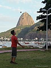 Malabarismo / Juggle (Betanandez) Tags: riodejaneiro juggle malabarismo praiadebotafogo botafogobeach