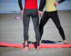 Surfers. (France-) Tags: boy red two man men feet beach boys rouge hands surf noir sandiego guys pacificocean surfers lesson pacificbeach pieds mains plage gars wetsuit hommes 868 leon ocanpacifique