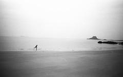 St MALO - Surf (SGRT) Tags: sea blackandwhite bw mer france film 35mm surf noiretblanc surfer trix bretagne nb saintmalo argentique hexar trix400 hexaraf sgrt