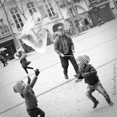 Into a bubble of joy (cocciula) Tags: street bw paris strada bambini pompidou francia viaggio vacanza biancoenero 1x1 giochi quadrato parigi bolle bolledisapone ritaglio giochidastrada