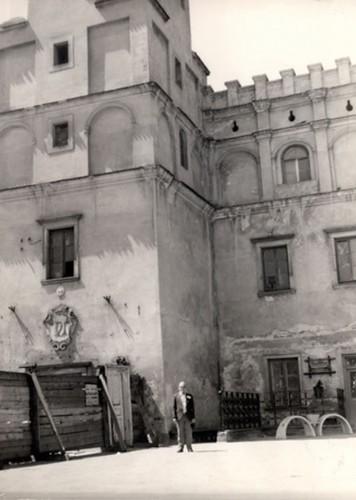 Josef Fuks przed Ratuszem Miejskim. Szydłowiec 1985r.