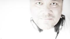 Himmlische Musik... (lichtflow.de) Tags: man face canon licht eyes gesicht dj ef50mmf14 highkey augen blitz kopfhrer kunstlicht eos5dmarkiii lichtflow matkenobi