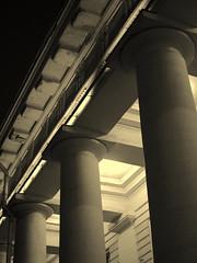 Anglų lietuvių žodynas. Žodis column reiškia n 1 kolona; stulpas, stulpelis 2 skiltis; skyrelis (laikraštyje) lietuviškai.