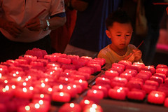 CHINESE NEW YEAR EVE'S 2016 (dinkiller) Tags: people kids children temple kid child buddha buddhist photojournalism chinesenewyear parent malaysia lanterns kualalumpur journalism parenting humaninterest 2016 theanhoutemple canon1dmarkiii canon1dmark3