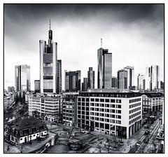 Frankfurt Skyline (08dreizehn) Tags: blackandwhite bw tower monochrome skyscraper germany deutschland europa europe hessen frankfurt highrise sw schwarzweiss allemagne frankfurtammain hochhaus wolkenkratzer whiteandblack noireetblanc frankfurtm blancetnoire nikond800 08dreizehn nullachtdreizehn thomashassel afsnikkor20mm118ged