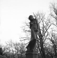 Statue (rotabaga) Tags: blackandwhite bw 120 6x6 mediumformat göteborg diy lomo sweden gothenburg sverige tmax400 lubitel166 svartvitt mellanformat bwfp