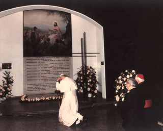 04. Papa Juan Pablo II visita tumba del PH