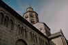 Église d'Orcival (Graphisme, Photo, et autres !) Tags: france castle church nature voigtlander medieval château eglise auvergne colorskopar ultron orcival 40mmf14 pontgibaud voigtlanderr3m
