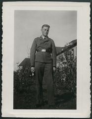 Archiv C836 Luftwaffensoldat 1940er (Hans-Michael Tappen) Tags: portrait outdoor thirdreich porträt frisur 1940s soldat luftwaffe flieger haarschnitt nazigermany drittesreich fotorahmen 1940er archivhansmichaeltappen luftwaffensoldat kinngrübchen