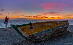 La turista y la patera (Mogan-Gran Canaria) (David Hdez. ) Tags: sunset grancanaria mar canarias puestadesol islascanarias patera canaryisland ocano sigma1020mm mogn nikond7100