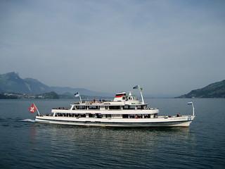 Schiff MS Bubenberg ( Motorschiff - Kursschiff - Bateau - Ship - Baujahr 1962 - Länge 51m - 800 Personen ) auf dem Thunersee im Berner Oberland im Kanton Bern der Schweiz
