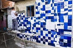 Painel ao Cu aberto de azulejo na Rua Sargento Silva  Nunes (REDES DA MAR) Tags: americalatina brasil riodejaneiro mare criana azulejo favela aula ong novaholanda complexodamare elisngelaleite redesdamare