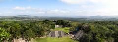 """Xunantunich: vue sur la canopée et le site depuis le Castillo <a style=""""margin-left:10px; font-size:0.8em;"""" href=""""http://www.flickr.com/photos/127723101@N04/26200183275/"""" target=""""_blank"""">@flickr</a>"""