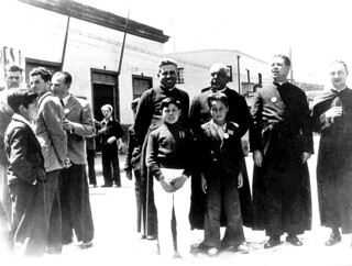 03. En el puerto de San Antonio, en una gira de la Acción Católica