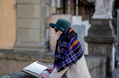 """"""" She does not need a camera """" (pigianca) Tags: italy florence streetphoto urbanphoto candidportrait fujixt1"""