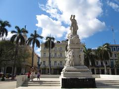 """La Havane: El Parque Central, la statue de Joseph Marti  et l'hôtel Inglaterra <a style=""""margin-left:10px; font-size:0.8em;"""" href=""""http://www.flickr.com/photos/127723101@N04/24799572453/"""" target=""""_blank"""">@flickr</a>"""