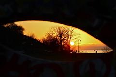 Sunset thru a sculpture's eye (Lee Enriquez Houf) Tags: sunset eye canon gteborg gothenburg goteborg klippan solnedgng rdasten majorna