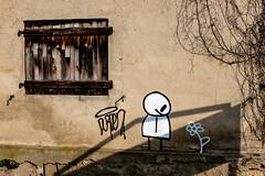 La Fleur de l'Ombre (Clydomatic) Tags: fleur soleil tag ombre peinture mur sourire fenêtre blanc personnage volet