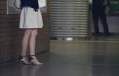 Tokyo 3913 (tokyoform) Tags: people hot girl station japan canon japanese tokyo mujer asia alone legs femme mulher jr east purse tquio   japo frau ebisu handbag japon giappone vrouw crossed tokio  6d jepang japn   jr     jongkind kadn     tokyoform