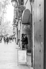 (Vctor Mndez (VM FotoVisual)) Tags: street blackandwhite love blancoynegro calle kiss couple pareja amor streetphotography beso fujifilmx30 vmfotovisualstreet