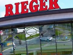 Kreisverkehr (Mbel Rieger) (to.wi) Tags: reflection mbel verkehr spiegelung reflektion rieger gppingen kreisverkehr towi stauferkreis